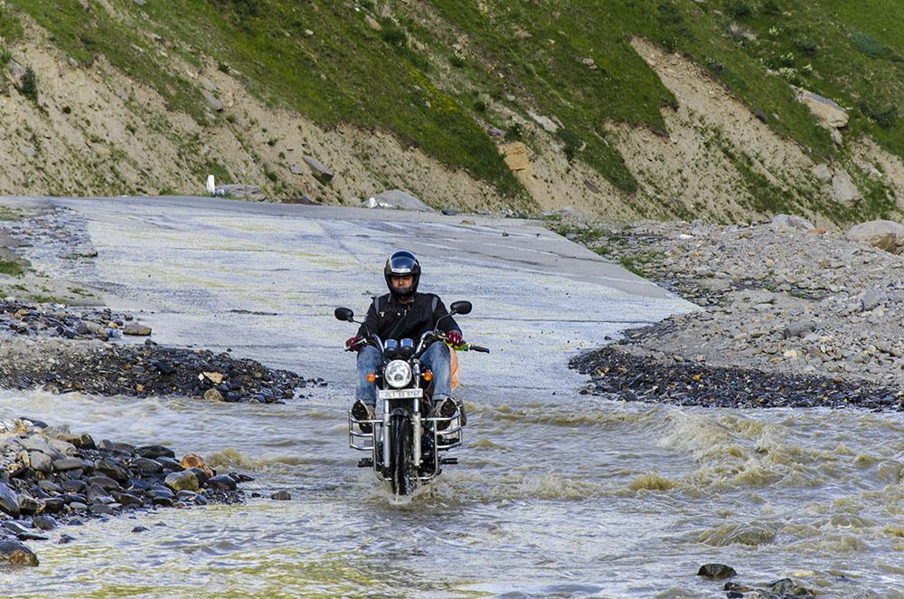 water crossing on manali leh highway