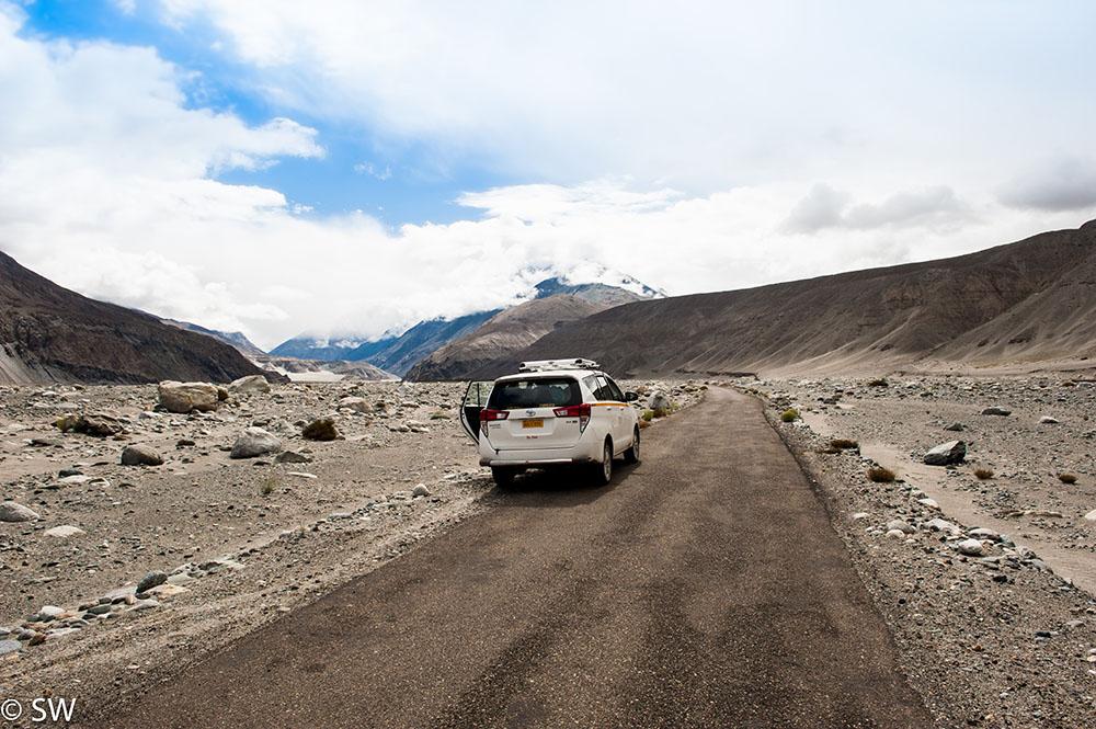 rent a taxi in ladakh