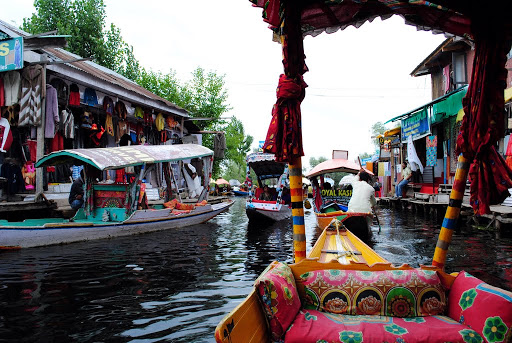 floating market on the Dal lake​